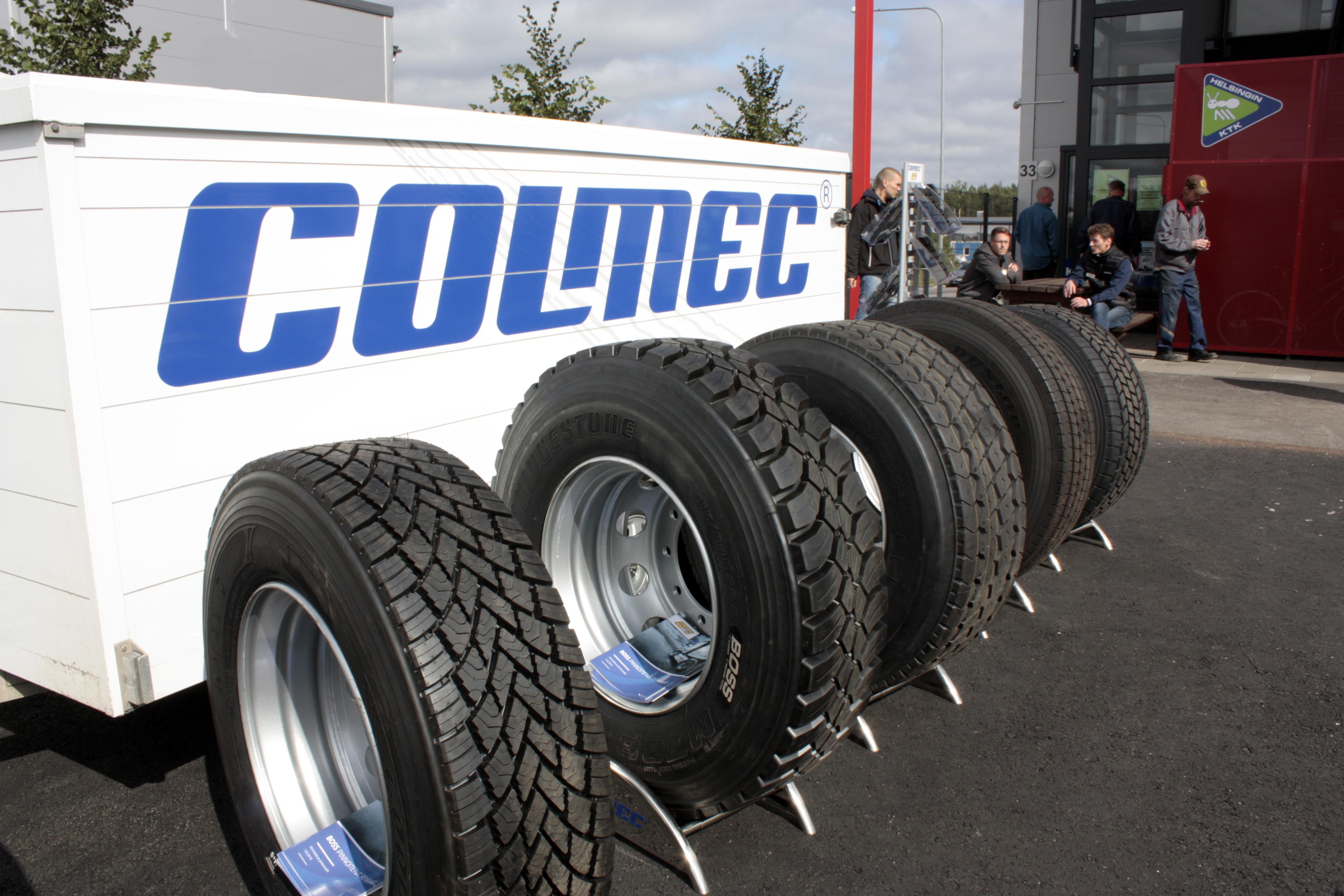 Colmec esitteli rengasmallejaan pihalla.