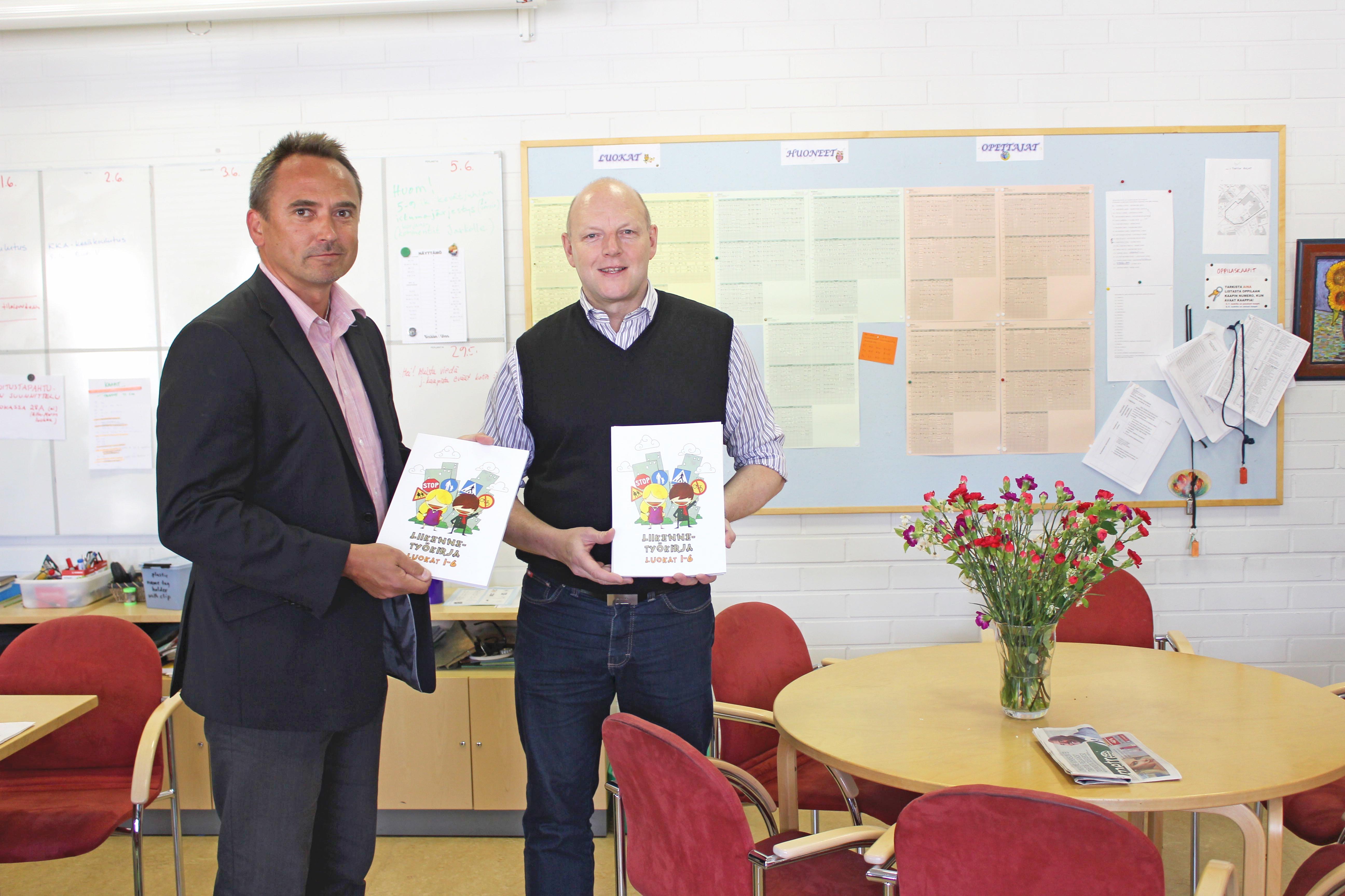 SMPY:n puheenjohtaja Kai Lager luovutti liikenneturvallisuuskirjoja Ylä-Malmin peruskouluun ennen syyslukukauden alkua.